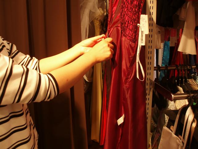 ドレスの糸くずをカット
